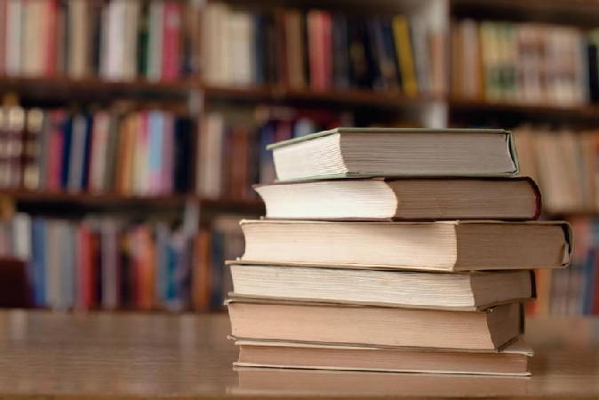libri su tavolo della biblioteca