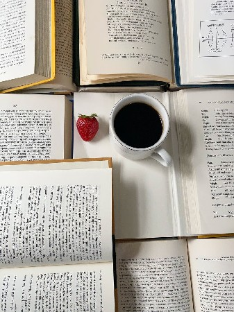 tazzina di caffè e libri aperti