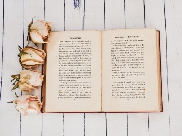 libro con fiori su tavolo