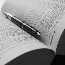 Libro aperto con penna stilografica