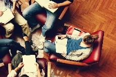 Gruppo di persone che discutono di un libro