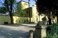 Vialetto di entrata a villa Montalvo veduta est con leone in pietra - Foto Marcello Ballerini