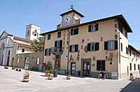 Facciata del palazzo pretorio Spartaco Conti in piazza Matteotti con entrata di accesso all'ufficio stampa - Foto ufficio stampa