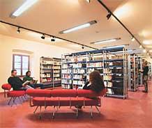 Zona divani del Salotto librario