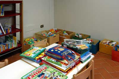 Cesti con libri nello Spazio Bambini