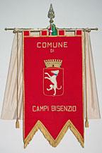Gonfalone del Comune di Campi Bisenzio. Immagine di un levriero sormontato da corona su drappo rosso