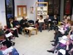 Persone riunite per discutere di una lettura