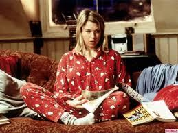 Fotogramma da film con protagonista seduta sul letto a leggere
