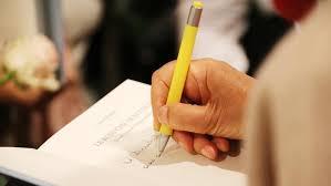 Scrittore che autografa il suo libro
