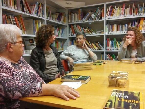 Persone intorno a un tavolo che discutono di un libro letto
