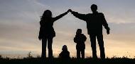 solhouette di una famiglia