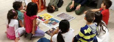 Gruppo di bambini ad un laboratorio di arte