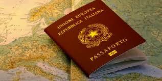 Libretto di passaporto della Repubblica Italiana chiuso e posto su una cartina geografica