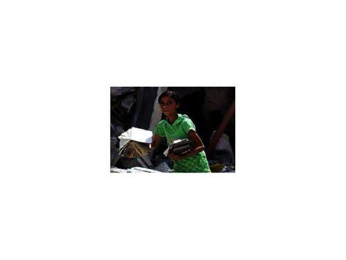 Bambina palestinese fra le macerie con in mano dei libri