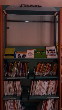 Vista frontale dello scaffale della lettura inclusiva
